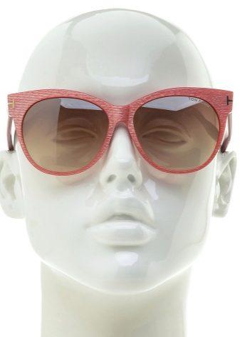 41af161f7ec68c ... de lunettes Tom Ford sont fabriqués avec des verres polarisés qui  protègent les yeux de l éblouissement et rendent l image plus claire. La protection  UV ...