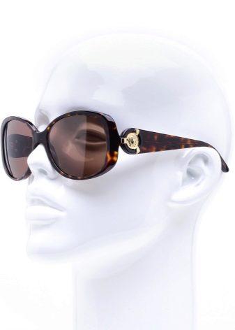 5a61104351bcbe Les larges poignées des lunettes sont ornées d un logo avec un motif orné  de métal et de cuir véritable. La protection UV est 100%.