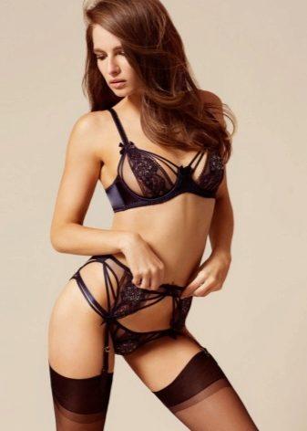 Сексуальные модели в чулках с поясом