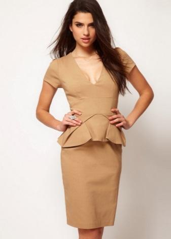 4c50b388083e Песочного цвета юбка-карандаш внесет разнообразие в летний гардероб любой  женщины, и отлично будет смотреться с пастельных тонов блузами.