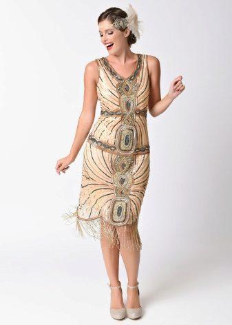 На сегодняшний день мода 1920-1930 годов привлекает внимание дизайнеров.  Поэтому многие элементы такого стиля присутствуют и в современной одежде. 76052021630