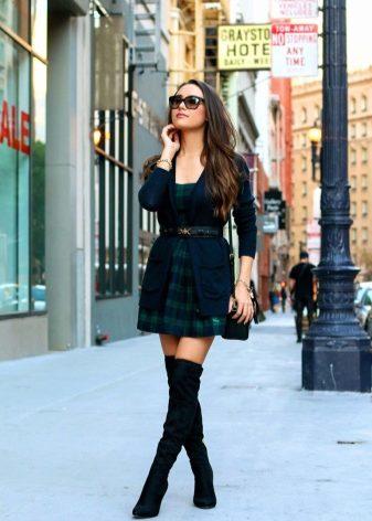 efd2fee42 Этот цвет абсолютно универсален и прекрасно сочетается со всеми другими  оттенками. Базовое черное платье можно дополнять и яркими сапогами, ...