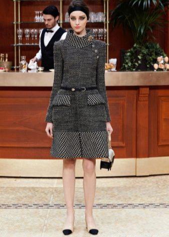 Костюм из твида – неотъемлемая часть стиля Коко Шанель в одежде. Твид –  ткань из шерсти с небольшим ворсом из Шотландии. Она очень приятная на  ощупь, ... 8863d01be29