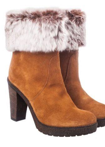 4f8570daf84 I den nye sæson opvarmer designerne støvlerne ikke kun indeni men også  udenfor. Alle produkter, der strækker sig fra korte tøfler til høje  støvler, ...