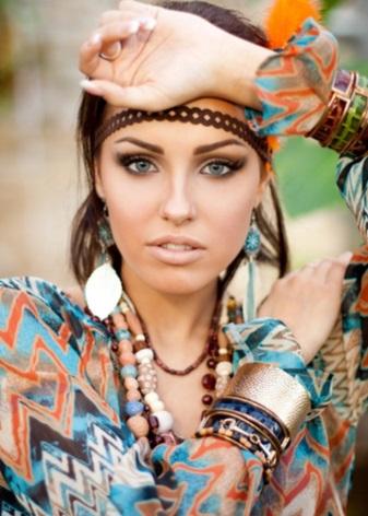 Цыганские серьги (31 фото): стильные сережки в форме цветка фуксии, крупные аксессуары в цыганском стиле