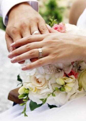 e72f55fb6fa5 Выделяют пары колец для жениха и невесты, одинаковые или различные по  дизайну, которые взаимно дополняют друг друга. Первый вид – самый  традиционный, ...