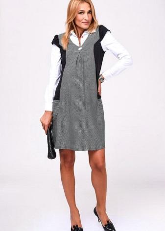 559603b0c8114ef В офис можно надеть классический костюм со свободной блузкой или рубашкой.  Элегантная беременная девушка в строгом классическом платье на деловой  встрече ...