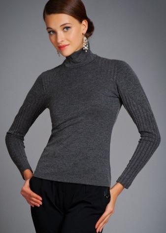 cd97e04286e Для трикотажной одежды не надо выделять отдельные вешалки в шкафу. Такую  одежду можно хранить в сложенном виде