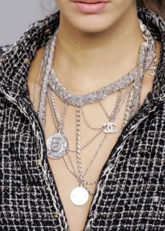 Металлическая цепочка (47 фото): украшение из палладия с кожаными вставками на шею, модели медные, титановые и из дерева