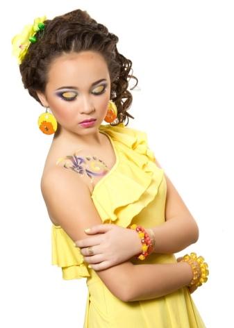 Макияж на голубые глаза под желтые платья
