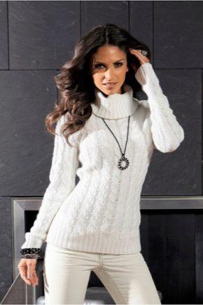 С чем зимой носить белый свитер?