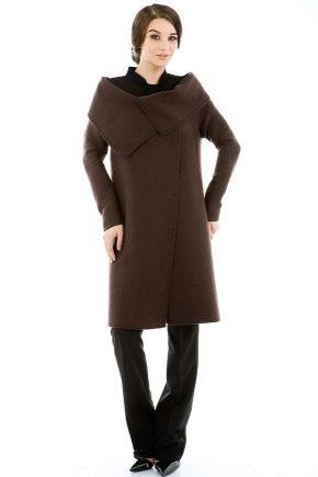 Коричневое пальто – неизменная классика