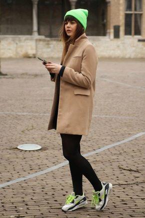 Пальто с кроссовками: как носить?