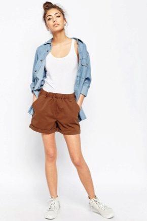 С чем носить коричневые шорты?