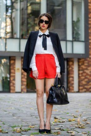 С чем носить красные шорты?