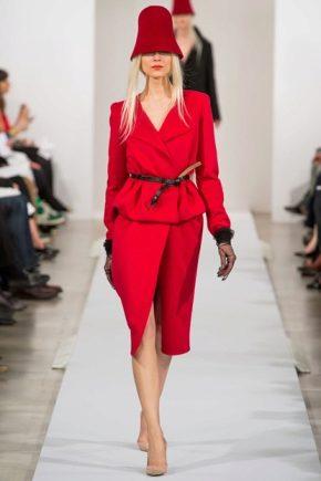С чем носить красный костюм?