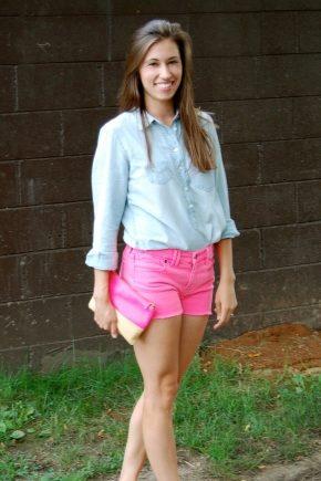 С чем носить розовые шорты?