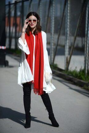 Как носить яркий шарф?