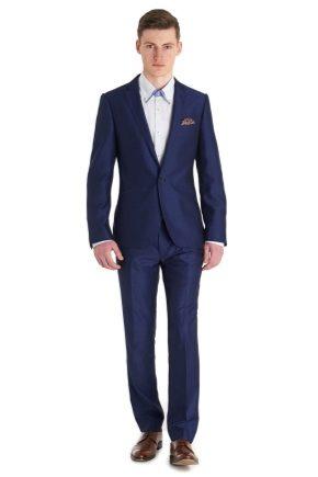 С чем носить синий мужской костюм?
