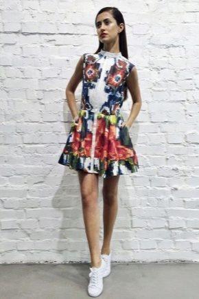 Платье с кроссовками
