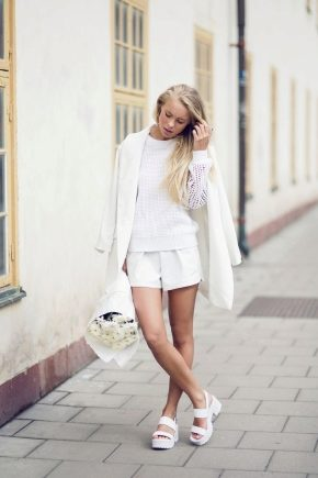 С чем носить белые босоножки?