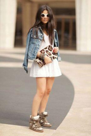 С чем носить модные сникерсы разных оттенков?