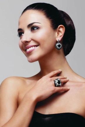 Кольцо с бриллиантом в сочетании с другими камнями