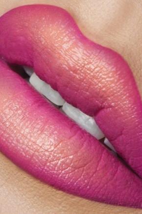 Увеличивающая объем губная помада
