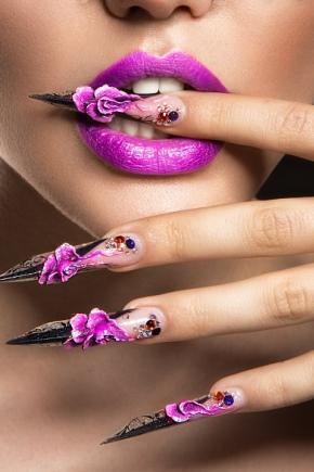Маникюр с цветочками (28 фото): модный цветочный дизайн 2022, идеи с разными цветами лака, с двумя и более оттенками на ногтях
