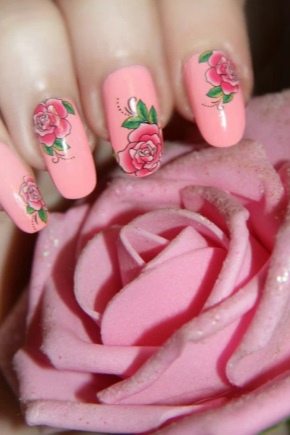 Маникюр с розами