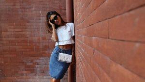 С чем носить джинсовую юбку-карандаш?