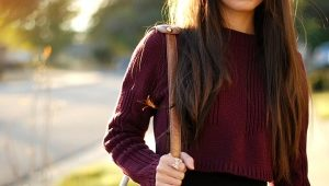 С чем носить свитер бордового цвета?