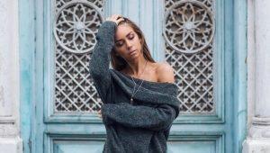 Свитер с открытым плечом: небрежность или сексуальность?
