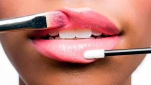 Как с помощью макияжа увеличить губы?