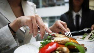 Правила этикета за столом: предназначение столовых приборов