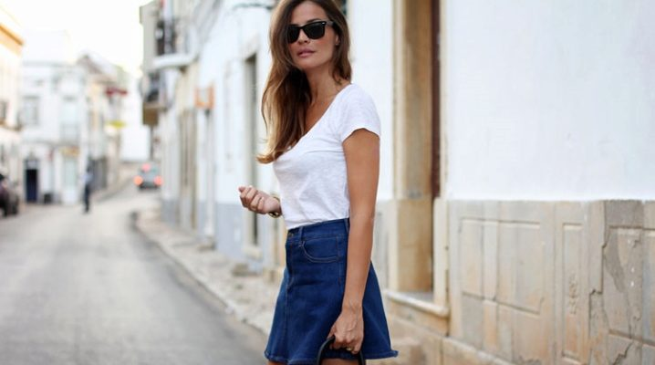 С чем носить джинсовую мини-юбку?