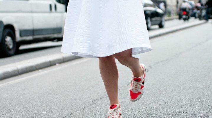 Юбка с кроссовками - модные луки