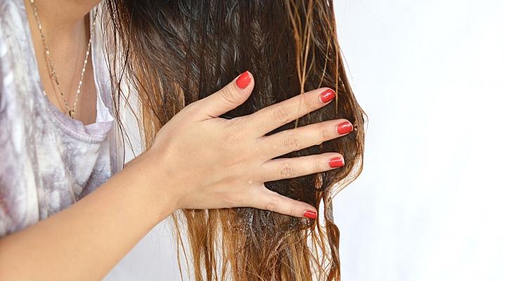 Масло наносить на волосы сухие или влажные