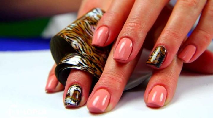 Дизайн ногтей с фольгой на гель-лак (40 фото): как наносить художественный маникюр, как правильно отпечатать трафарет, мастер-класс