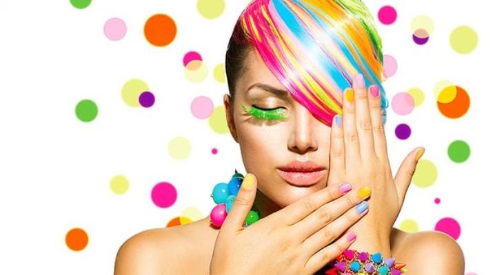 Маникюр, сделанный разными цветами лака