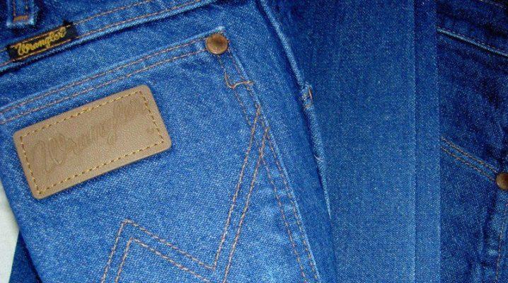 Каким средством отстирать краску с джинсов?