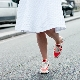 Юбка с кроссовками – модные луки