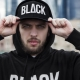 С чем носить черную кепку?