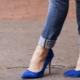 С чем носить женские туфли синего цвета?