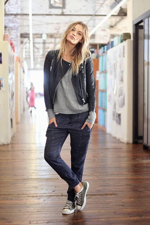 Женский пиджак и кроссовки
