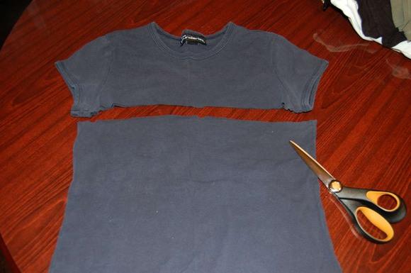 cff433ac484c Итак, берем джинсы, мелком для ткани отмечаем лишнее – ту часть, которая  перестала сходиться на животе и отрезаем сзади по линии кокетки джинсов, ...