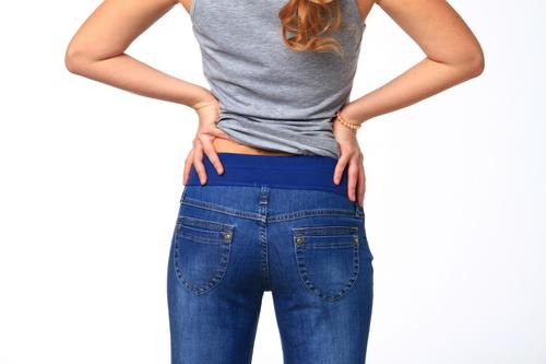 5f5a5a918f45 В этой статье мы расскажем, как переделать обычные джинсы в джинсы для  беременных. Мы заменим фрагмент плотных на эластичную трикотажную вставку  под ...