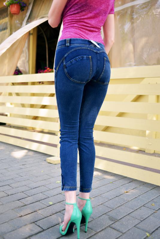 попой джинсаж повернуты девушки в