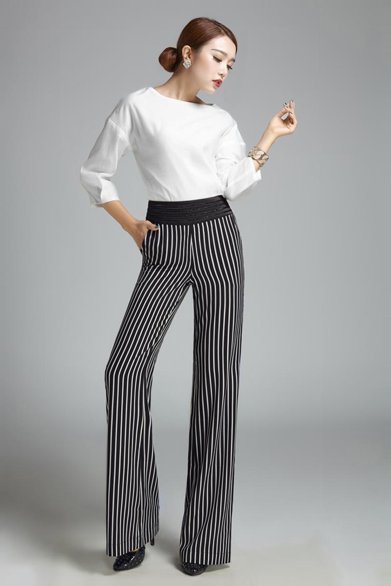d867e40d11d Деловые брюки-трубы замечательно вписываются в самый жёсткий дресс-код. Их  официальный крой в сочетании с благородными тканями сдержанной цветовой  гаммы ...