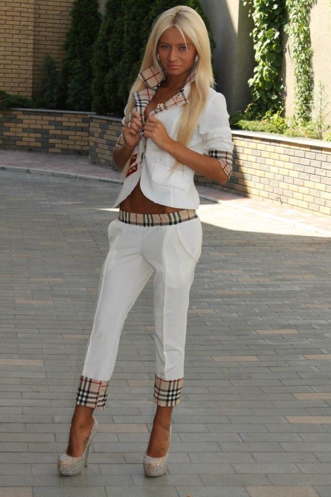 и белом девушки белых штанах пиджаке фото в